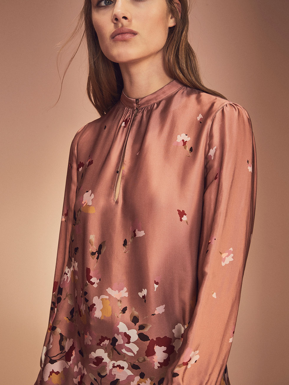 FOTO 3: Blusa floral Massimo Dutti. (Letizia y Marcelo)