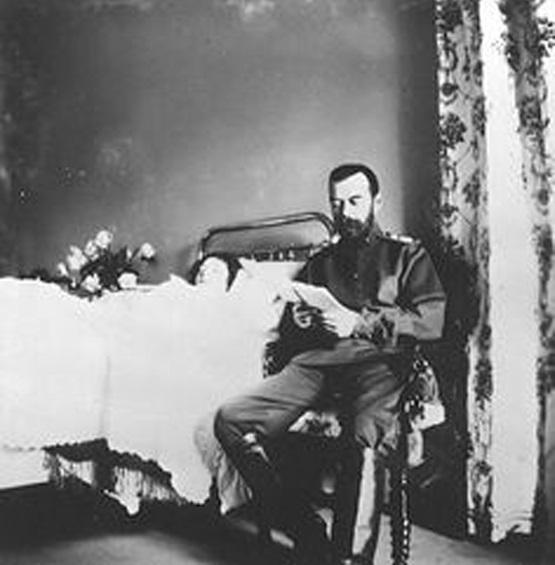 Foto 17: Alexis en cama, su padre al lado