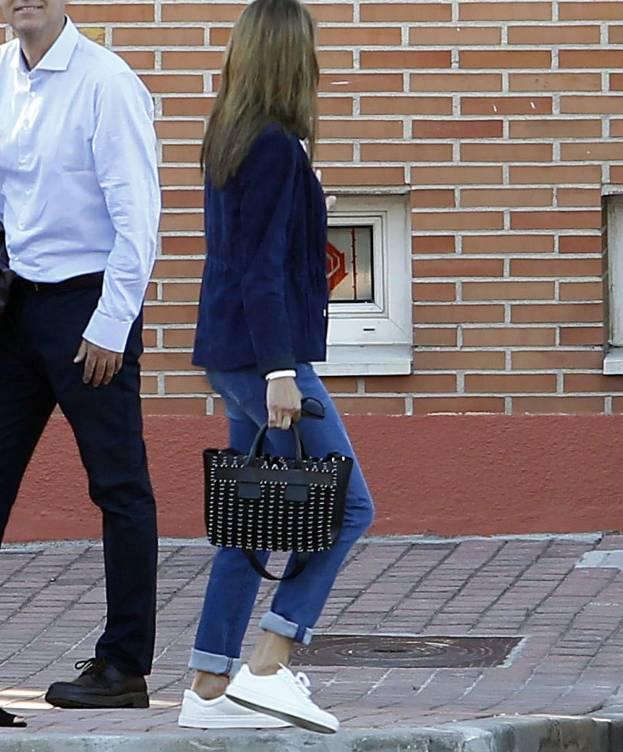 FOTO 2: Leti con el bolso de salida del colegio.