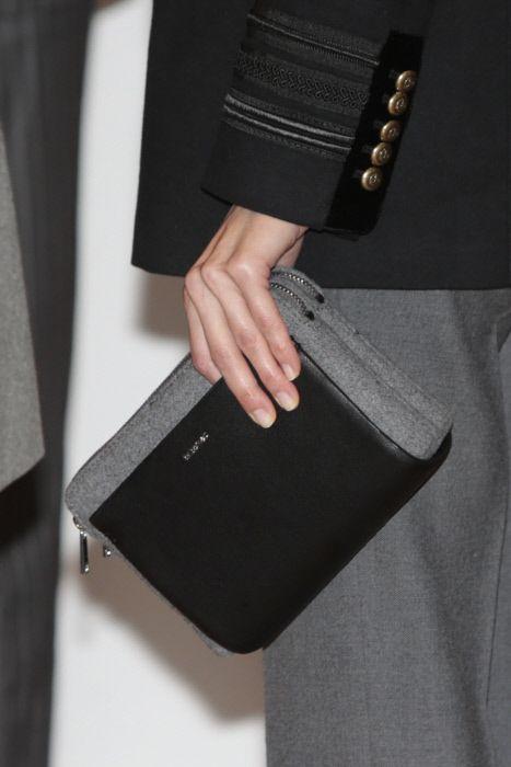 FOTO 9: Mano de Leti con bolso negro con gris.