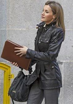 FOTO 13: Leti con la misma chaqueta negra, pero con pantalones.
