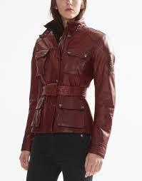 FOTO 14: Modelo con chaqueta en rojo.