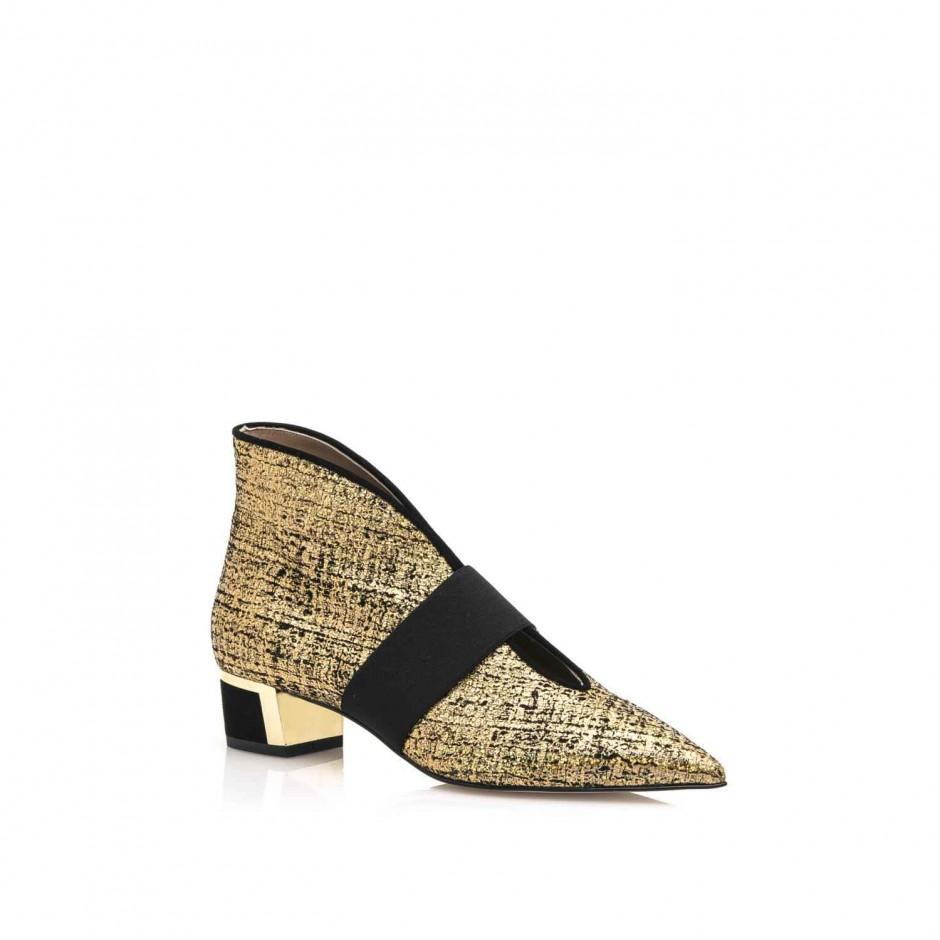 FOTO 16: calzado abotinado en negro y dorado