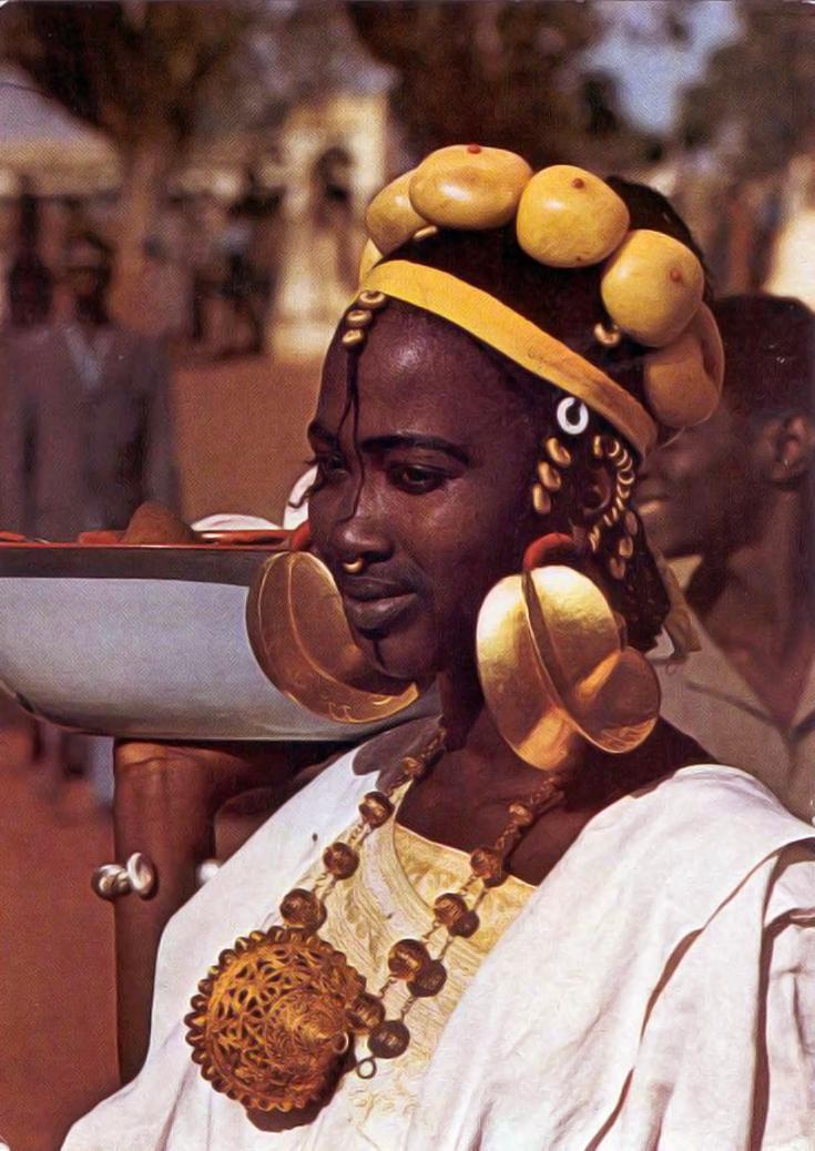 FOTO 20: Mujer africana con pendientes