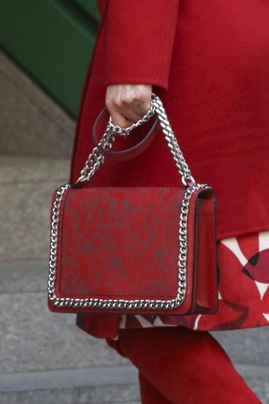 FOTO 4: Close-up al bolso rojo y feo