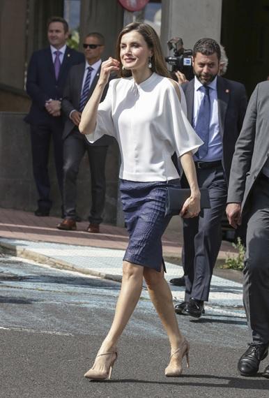 FOTO 7: Leti con falda coco azul y blusa blanca.