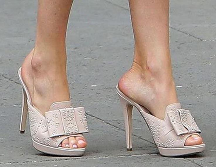 FOTO 10: Pies de Leti con sandalias