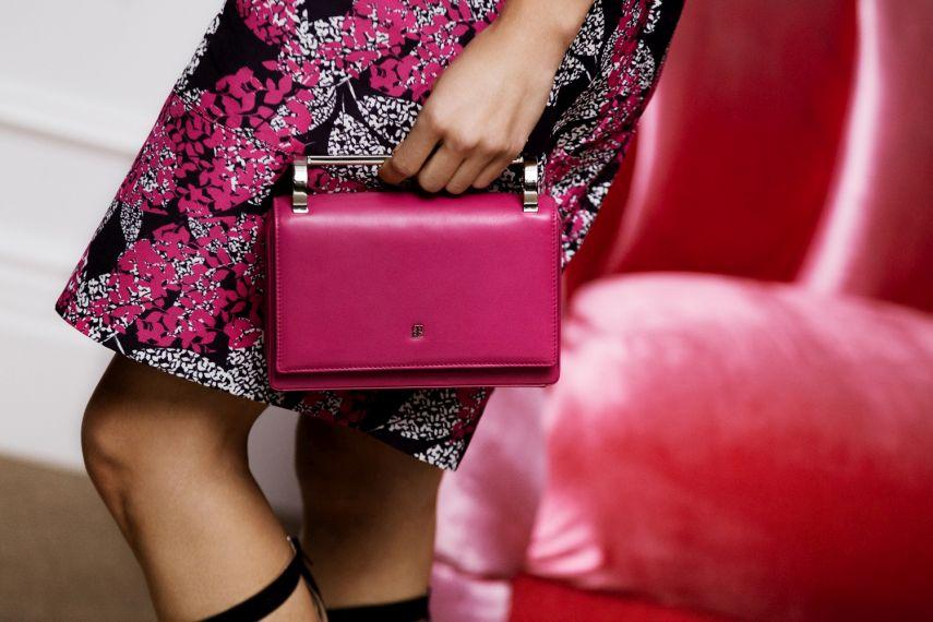 FOTO 11: Mano Bolso rosa