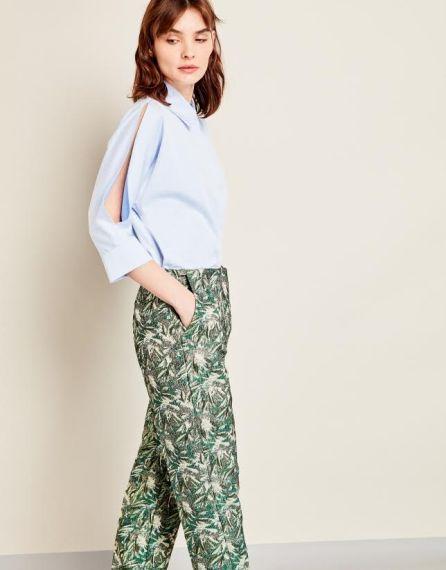 FOTO #12: Modelo con pantalones estampados de hoja