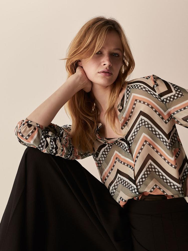 FOTO #7: Modelo con blusa geométrica de Massimo Dutti.