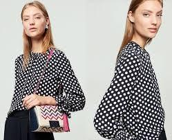 FOTO #12: Modelo con blusa de lunares y bolso caja.