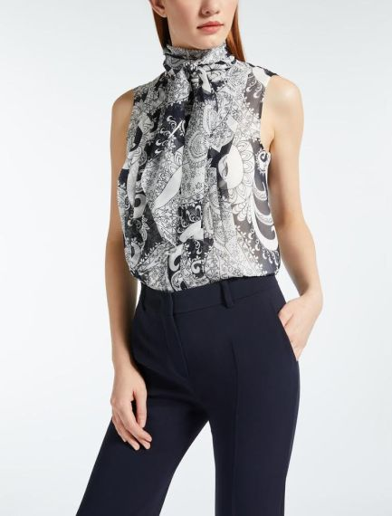 FOTO #6: Modelo con blusa en blanco y negro