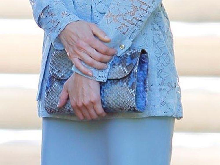 FOTO #12: Leti y su cartera de pitón azul